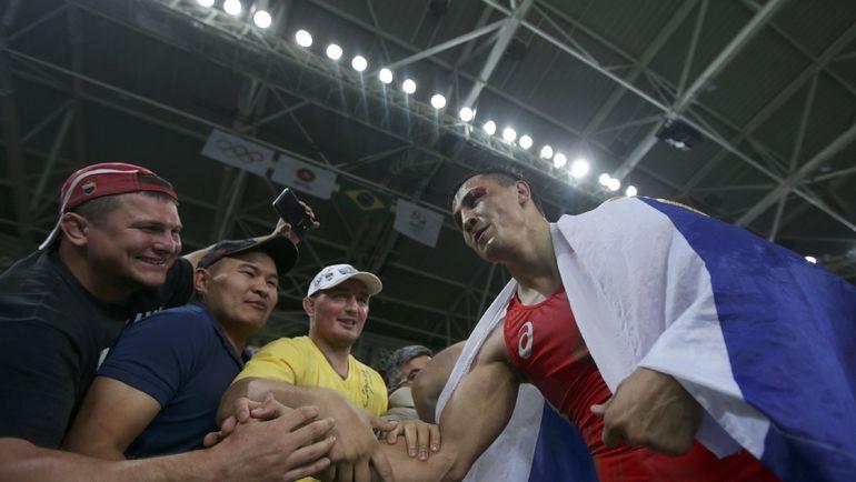 Болельщики благодарят Романа ВЛАСОВА за олимпийское золото. Фото REUTERS