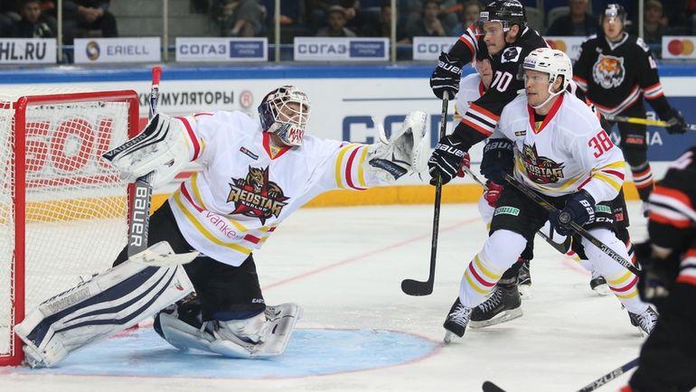 Андрей МАКАРОВ (слева) получил травму. Фото photo.khl.ru