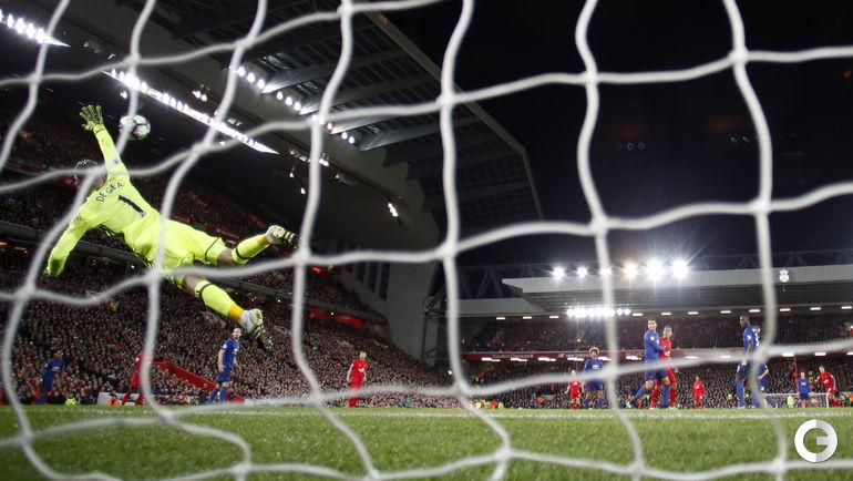 """Вчера. Ливерпуль. """"Ливерпуль"""" - """"Манчестер Юнайтед"""" - 0:0. Давид ДЕ ХЕА отражает удар Филиппе КОУТИНЬЮ.."""