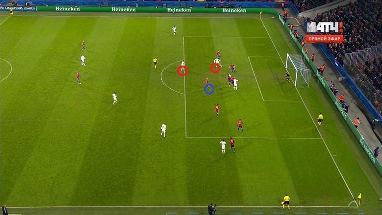 Через мгновение Игнашевич скинет мяч в зону, где нет никого из партнеров.