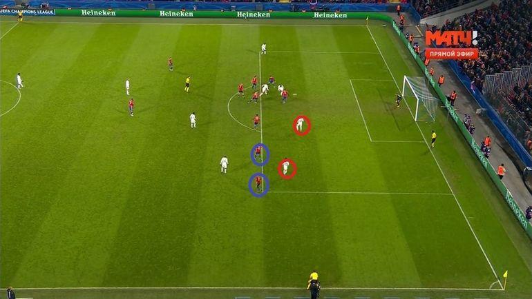После удара Каррильо Акинфеев отразит мяч влево от себя, где никто не помешает добить Бернарду Силве.