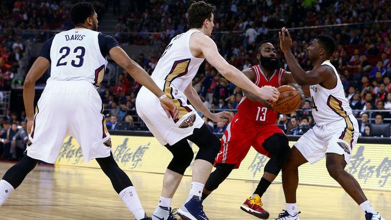 Джеймс ХАРДЕН (№13), Энтони ДЭВИС (№23) и Соломон ХИЛЛ (справа) - те, за кем стоит следить в предстоящем сезоне НБА. Фото REUTERS
