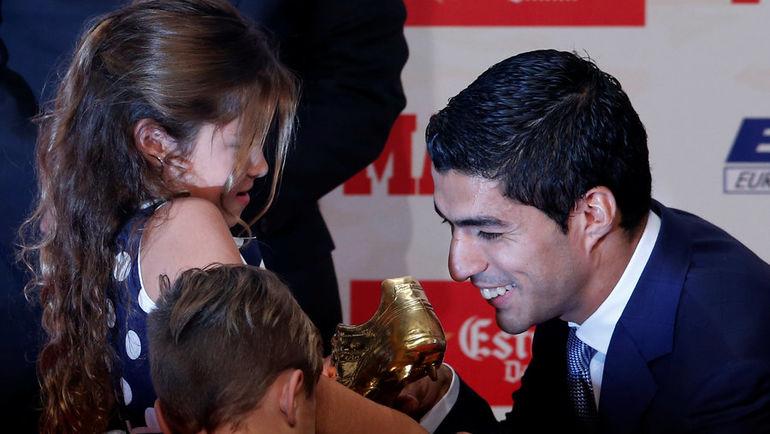 """Сегодня. Барселона. Дети Луиса СУАРЕСА вручают своему отцу """"Золотую бутсу"""". Фото REUTERS"""