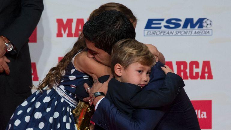 Вчера. Барселона. Луис СУАРЕС с дочерью и сыном. Фото AFP