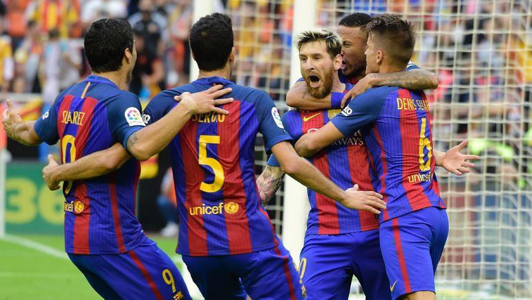 """Суббота. Валенсия. """"Валенсия"""" – """"Барселона"""" – 2:3. 90+4-я минута. Нападающий """"Барсы"""" Лионель МЕССИ (в центре) и его партнеры празднуют победный гол. Фото AFP"""