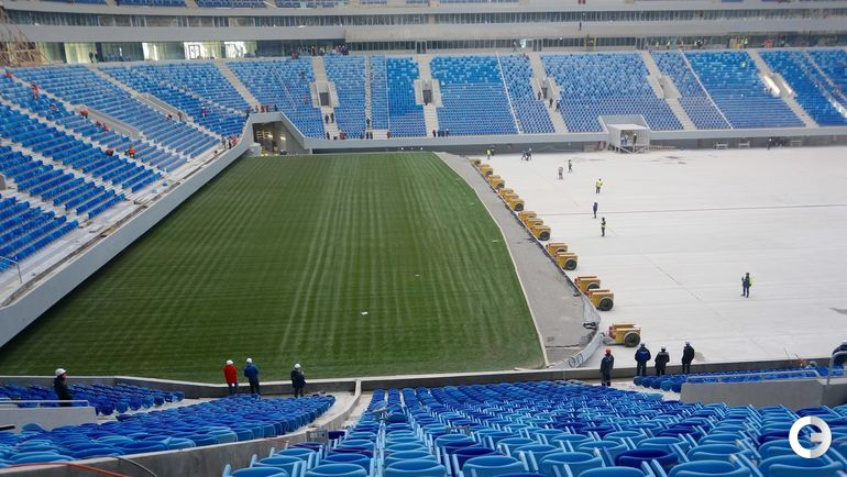Понедельник. Санкт-Петербург. Выдвижное поле на стадионе.