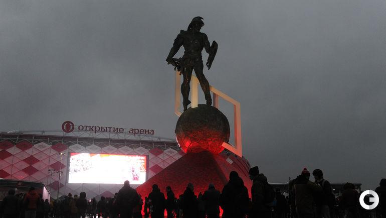 """Суббота. Москва. Болельщики готовятся к матчу """"Спартак"""" - ЦСКА."""