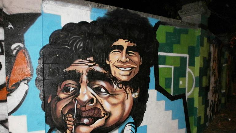 Наркоман Диего Марадона в народном творчестве. Фото wikimedia.org