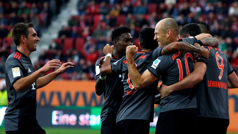 "Суббота. Аугсбург. ""Аугсбург"" - ""Бавария"" - 1:3. Мюнхенцы празднуют забитый гол. Фото REUTERS"