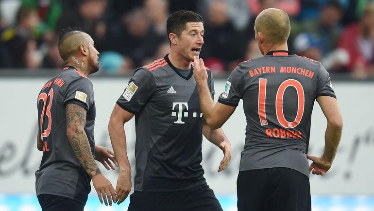 """Суббота. Аугсбург. """"Аугсбург"""" - """"Бавария"""" - 1:3. Роберт ЛЕВАНДОВСКИ (в центре) и Арьен РОББЕН (справа) организовали все три гола своей команды. Фото AFP"""