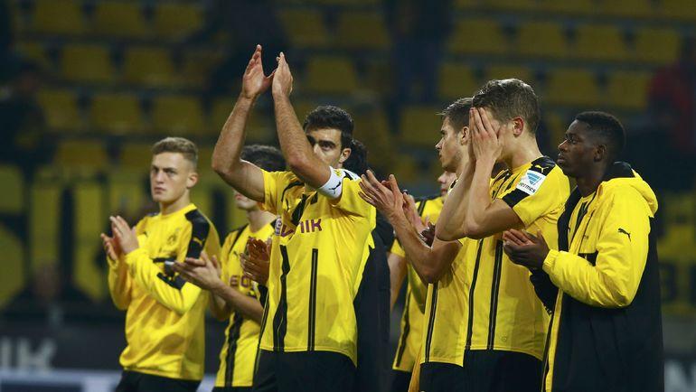 """Суббота. Дортмунд. """"Боруссия"""" Д - """"Шальке"""" - 0:0. Расстроенные результатом дортмундцы благодарят болельщиков за поддержку. Фото REUTERS"""