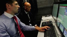 1 сентября. Бари. Пьерлуиджи КОЛЛИНА (на заднем плане), курирующий в УЕФА судейские вопросы, участвует в одном из тестов ФИФА по использованию видеоарбитров.