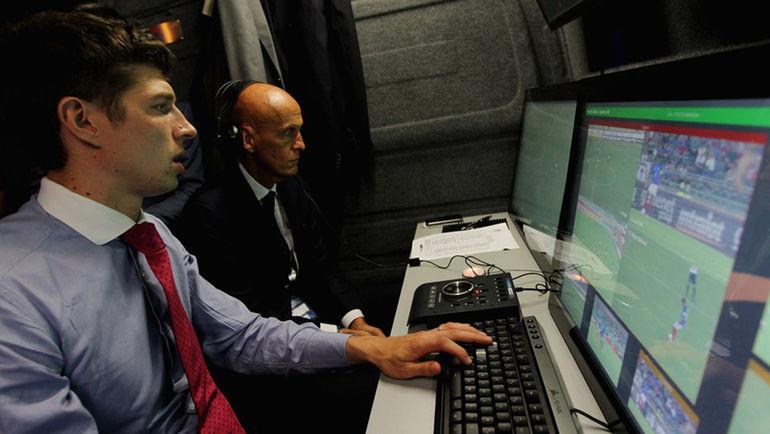 1 сентября. Бари. Пьерлуиджи КОЛЛИНА (на заднем плане), курирующий в УЕФА судейские вопросы, участвует в одном из тестов ФИФА по использованию видеоарбитров. Фото fifa.com