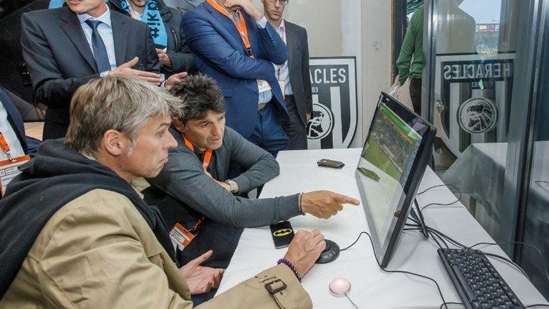 19 мая 2016 года. Алмело. В тестах в Голландии участвуют бывший глава департамента судейства и инспектирования РФС Роберто РОЗЕТТИ (на переднем плане) и Массимо БУЗАККА, курирующий в ФИФА все судейские вопросы. Фото fifa.com