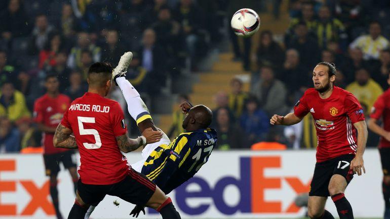 """Четверг. Стамбул. """"Фенербахче"""" - """"Манчестер Юнайтед"""" - 2:1. Невероятный гол Мусса СОУ в ворота гостей. Фото REUTERS"""