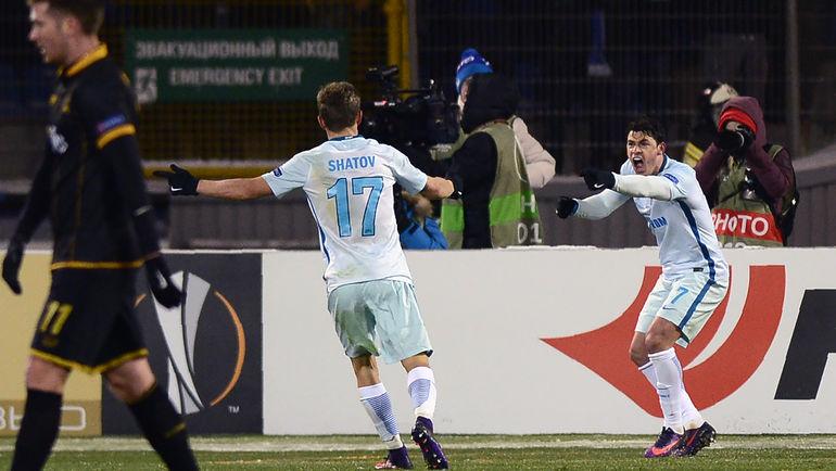 ЖУЛИАНУ (справа) и Олег ШАТОВ после гола бразильца. Фото AFP