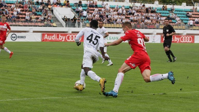 Диксон АФОАКВА (№45) убегает от соперника. Фото dynamo-brest.by