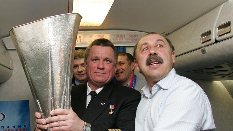 """2005 год. Валерий ГАЗЗАЕВ (справа) с Кубком УЕФА. Фото Александр ФЕДОРОВ, """"СЭ"""""""