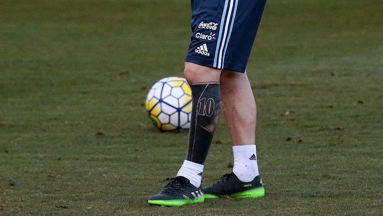 2016 год. Татуировка Лионеля Месси на левой ноге.