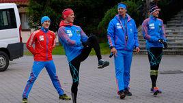 13 октябоя. Рамзау. Эдуард ЛАТЫПОВ, Антон БАБИКОВ, тренер Андрей ПАДИН и Семен СУЧИЛОВ (слева направо) на предсезонной тренировке.