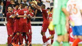Сегодня. Доха. Катар - Россия - 2:1. Радость хозяев после победного гола.