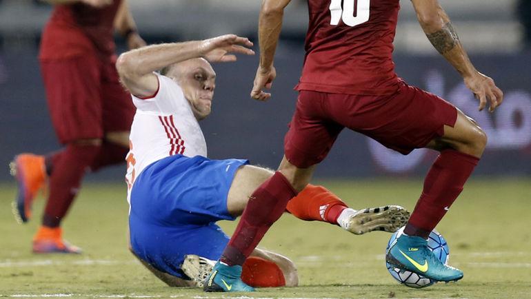 Сегодня. Доха. Катар - Россия - 2:1. Полузащитник Денис ГЛУШАКОВ против ЛУИЗА МАРТИНА. Фото AFP