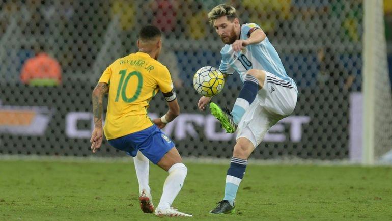 Сегодня. Белу-Оризонти. Бразилия - Аргентина - 3:0. Нападающий сборной Бразилии НЕЙМАР и форвард сборной Аргентины Лионель МЕССИ. Фото AFP