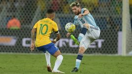 Сегодня. Белу-Оризонти. Бразилия - Аргентина - 3:0. Нападающий сборной Бразилии НЕЙМАР и форвард сборной Аргентины Лионель МЕССИ.