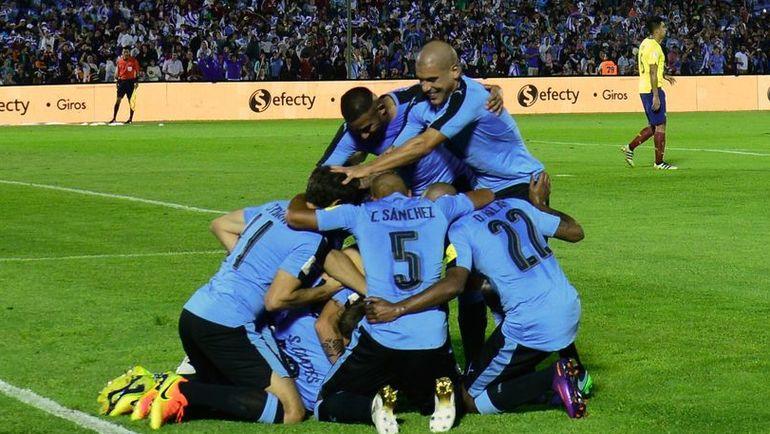 Игроки сборной Уругвая празднуют забитый гол. Фото AFP