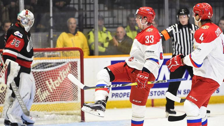Игроки молодежной сборной России празднуют заброшенную шайбу. Фото Официальный сайт ФХР.