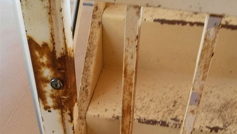 """Ржавая решетка на входе в один из вип-секторов стадиона """"Луи II"""". Фото Игорь РАБИНЕР, """"СЭ"""""""