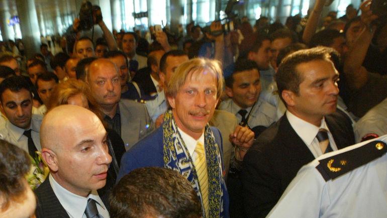 """2003 год. Стамбул. Сотни болельщиков """"Фенербахче"""" встречают Кристофа ДАУМА в аэропорту. Фото REUTERS"""
