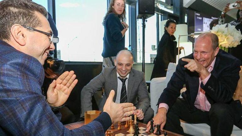Актер Вуди ХАРРЕЛЬСОН (справа) сделал первый символический ход в матче за шахматную корону между Магнусом Карлсеном и Сергеем Карякиным. Фото Мария ЕМЕЛЬЯНОВА