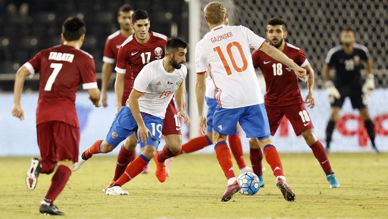 10 ноября. Доха. Катар - Россия - 2:1. Александр САМЕДОВ (в центре) против катарской обороны. Фото AFP