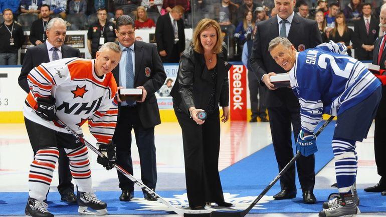 Роги ВАШОН, Сергей МАКАРОВ, дочь Пэта Куинна Кэлли и Эрик ЛИНДРОС начинают матч легенд хоккея в Торонто с участием Игоря ЛАРИОНОВА и Берье САЛЬМИНГА. Фото AFP
