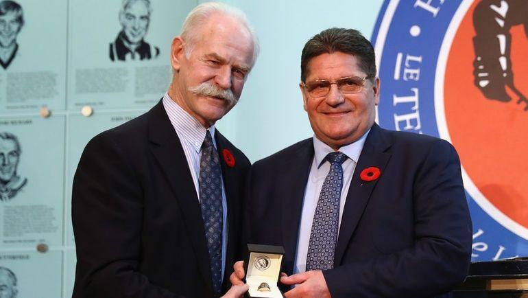 Суббота. Торонто. Председатель Зала славы Лэнни МАКДОНАЛЬД (слева) награждает Сергея МАКАРОВА почетным перстнем. Фото AFP