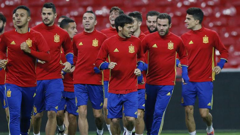 """Понедельник. Лондон. Сборная Испании готовится к матчу с Англией на """"Уэмбли"""". Фото Reuters"""