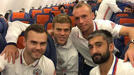 Игорь АКИНФЕЕВ, Александр КОКОРИН, Денис ГЛУШАКОВ и Александр САМЕДОВ на борту самолета сборной России.