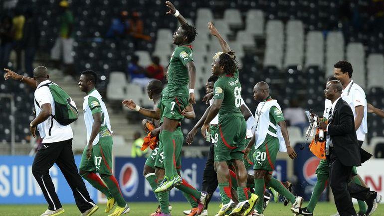 Игроки сборной Буркина-Фасо празднуют выход в финал Кубка Африки-2013. Фото AFP