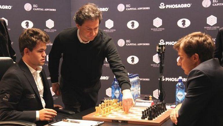 В следующей партии Сергей КАРЯКИН (справа) будет играть белыми. Фото Владимир БАРСКИЙ, Российская шахматная федерация