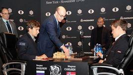 Символический первый ход шестой партии матча Сергея КАРЯКИНА и Магнуса КАРЛСЕНА сделал профессор, гроссмейстер Кеннет РОГОФФ.