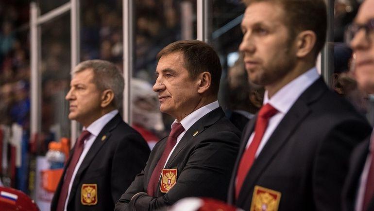 Главный тренер молодежной сборной России Валерий БРАГИН (в центре). Фото ФХР