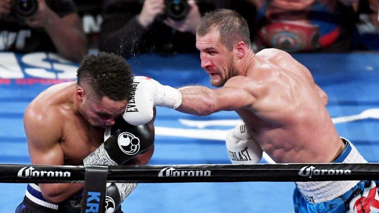 Сегодня. Лас-Вегас. Поражение Сергея КОВАЛЕВА (справа) в бою с Андре УОРДОМ вызвало бурю негодования в соцсетях. Фото AFP