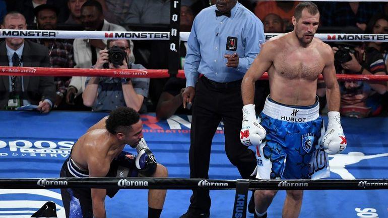 Во втором раунде СЕРГЕЙ КОВАЛЕВ (справа) послал соперника в нокдаун. Фото AFP