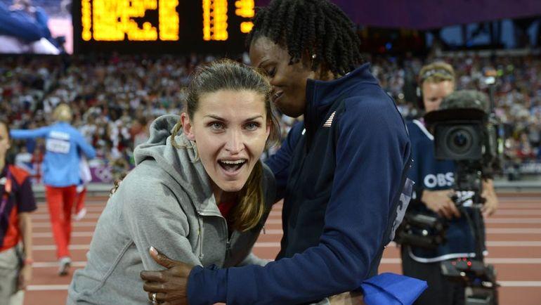 11 августа 2012 года. Лондон. Шанти ЛОУ (справа) поздравляет Анну ЧИЧЕРОВУ с золотом Олимпиады-2012. Фото AFP
