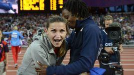 11 августа 2012 года. Лондон. Шанти ЛОУ (справа) поздравляет Анну ЧИЧЕРОВУ с золотом Олимпиады-2012.