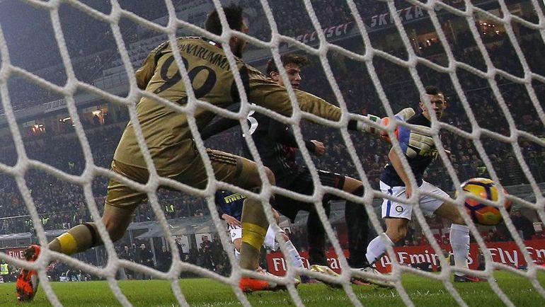 "Вчера. Милан. ""Милан"" - ""Интер"" - 2:2. 90+2-я минута. Гол Ивана ПЕРИШИЧА (справа). Фото AFP"