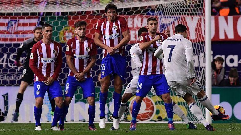 """Суббота. Мадрид. """"Атлетико"""" - """"Реал"""" - 0:3. 23-я минута. КРИШТИАНУ РОНАЛДУ открывает счет прямым ударом со штрафного. Фото AFP"""