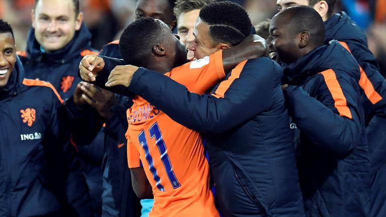 Квинси ПРОМЕС празднует гол за сборную Голландии вместе с Мемфисом ДЕПАЕМ. Фото REUTERS