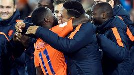 Квинси ПРОМЕС празднует гол за сборную Голландии вместе с Мемфисом ДЕПАЕМ.